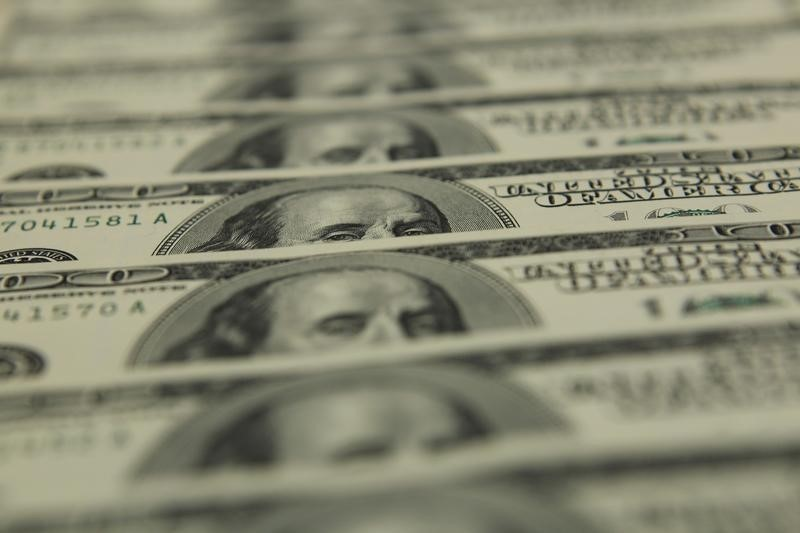 © Reuters.  UPDATE 1-Speculators trim net long dollar bets for 2nd week -CFTC, Reuters