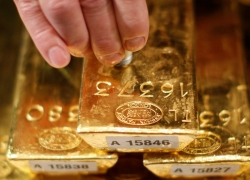 PRECIOUS-Gold slips as share markets gain ahead of Fed meeting By Reuters