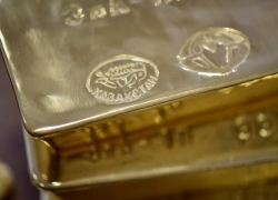PRECIOUS-Gold steadies near 8-year high as virus cases surge By Reuters