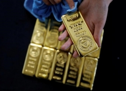 PRECIOUS-Gold slips as strong U.S. Treasury yields dim appeal By Reuters