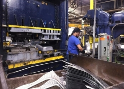 U.S. Factory Gauge Signals Contraction for Third-Straight Month By Bloomberg