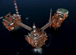 UPDATE 4-Oil tumbles on increased U.S. output and persisting trade fears By Reuters